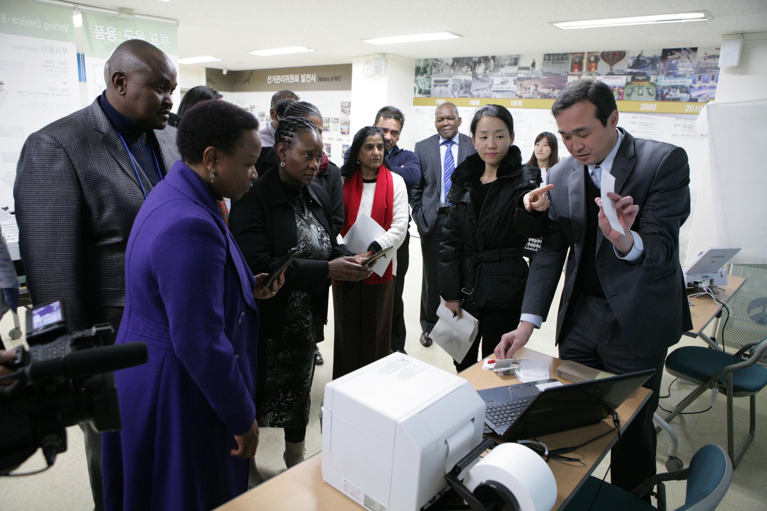 남아공 선거관계자 장비시연장면