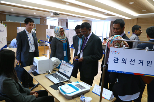 사전투표참관하는 외국선거관계자 (2)