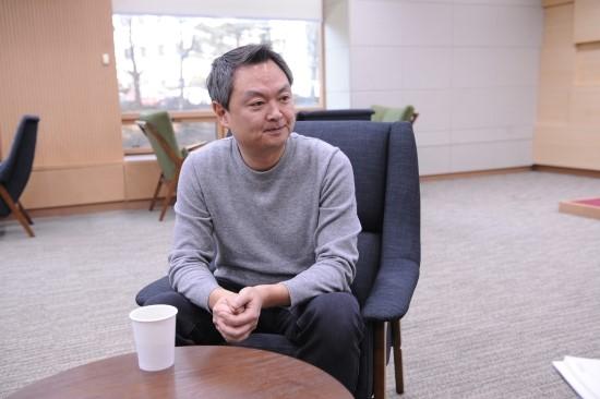 강윤성 감독 인터뷰 모습