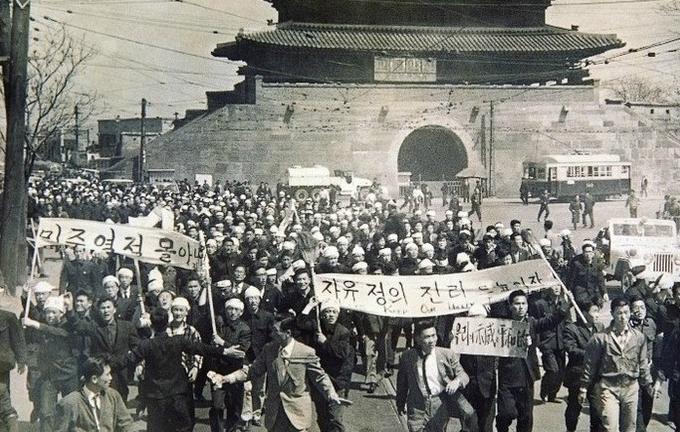 4·19 혁명 당시, 거리로 뛰쳐나온 사람들( 출처 : 국가기록원) 사진