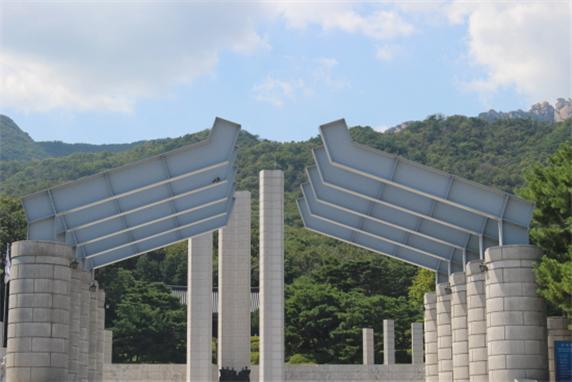 국립 4·19 민주묘지에 있는 기념탑 사진